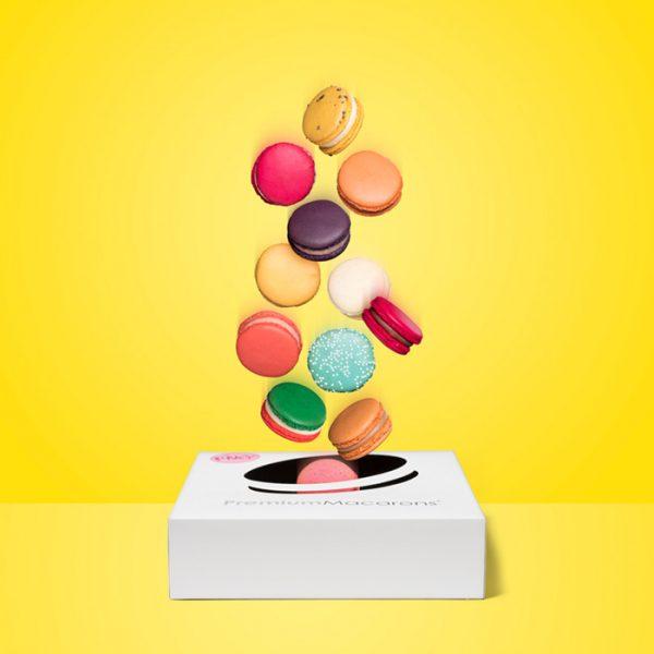 Kleurrijke en glutenvrije macarons in 12 fruitsmaken in cadeaubox